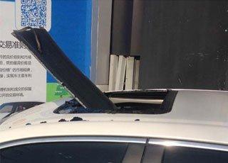 钢板从天而降插穿轿车天窗